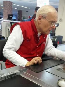 Domnul Dumitrescu, fost inginer IT, casier la Auchan. Foto: greateconomy.ro